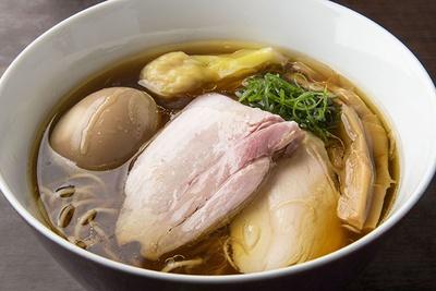 横浜・吉野町の人気店「鶏喰~TRICK~」とのコラボラーメンは、かつて横浜にあった「麺や 維新」をリスペクトした一杯