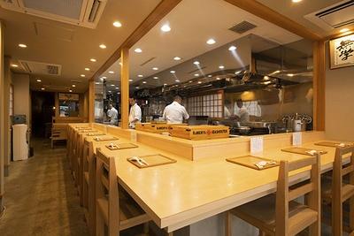 店内はまるで高級和食店のよう。また、ほかのお客さんとの席間が広いのでゆったりと座れるのもうれしい