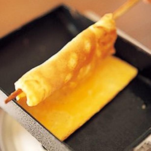 菜箸1本を卵焼きの中央下に通してから返すと、くっつかず、破れずに返しやすい