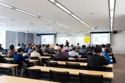 前回の講座(2019年12月開催、テーマは「横浜・港北ニュータウン」)の風景。港北ニュータウンの成り立ちや現況などさまざまなエピソードが語られ、受講者たちも興味が尽きない様子だった
