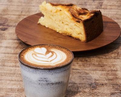 エスプレッソ量が多いカフェラテ、リンゴのヨーグルトケーキ(各500円・税込) / KAMAKIRI COFFEE 平尾店