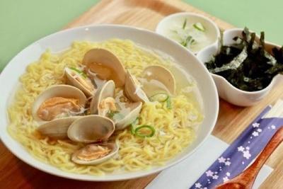 館内のカフェでは東京湾のホンビノスガイを使った「谷津干潟らーめん」などを食べることができる