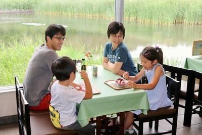 館内のカフェ「Café Oasis」では、谷津干潟の自然を眺めながら食事できる