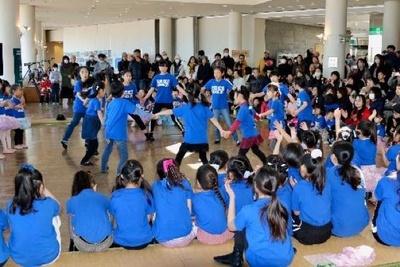 地元のダンススクールの子供たちによるダンスショーも実施