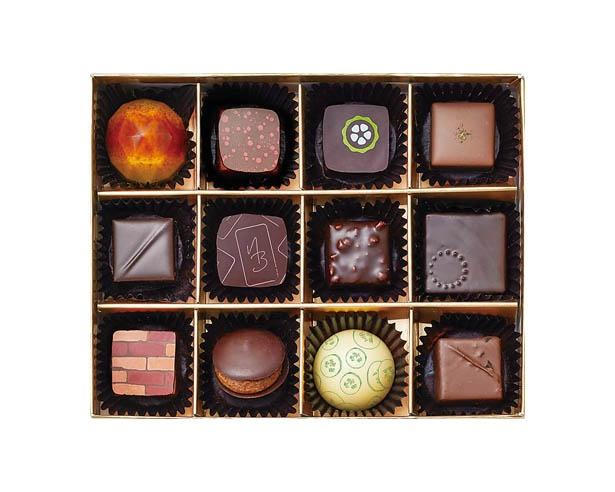 12人のショコラティエの自信作を、1粒ずつ味わえる「オマージュ」(6264円)。限定80箱の販売