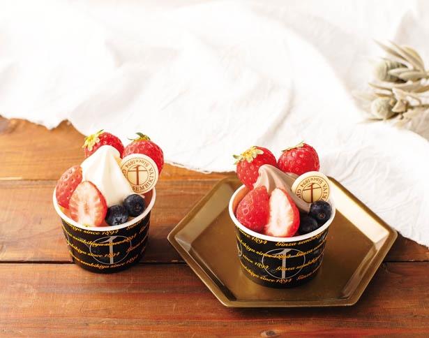 新鮮なフルーツがたっぷりのった「銀座千疋屋」の「ベリーサンデー」(756円)は「ミルク」(左)と「チョコレート」(右)の2種類を展開