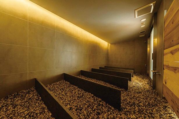 12種類の国産天然鉱石を敷き詰めた「LeFuro」。室内温度約40℃、湿度95%の設定で体の芯から温まる / 片岡温泉