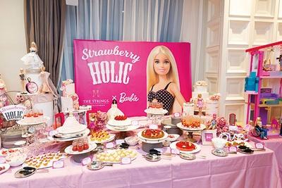 キュートなバービー人形がビュッフェ台のあちこちに。 写真を撮るのも楽しい、ザストリングス表参道「ストロベリーホリック ~バービー×いちごコレクション~」