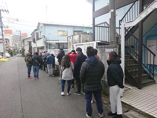 7:00の整理券配布前の様子。平日にも関わらず約30人が列を作り、55枚の整理券が配布された