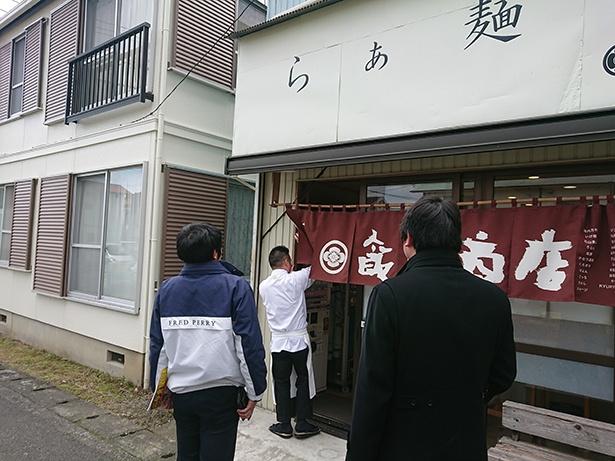 11:00のオープン時には飯田店主自らのれんをかける