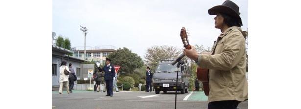30年もの間、解雇した会社の前で歌い続ける田中さん