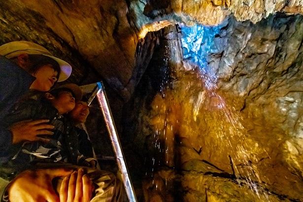 天井の亀裂から、まるでシャワーのように地下水が降り注いでいる
