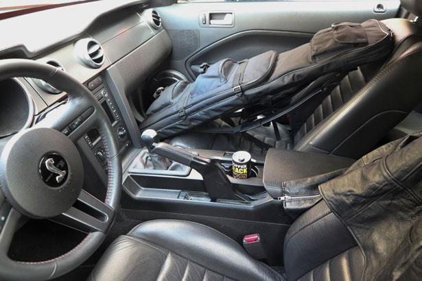 車中には、赤井が愛飲するコーヒーやライフルと思われるバッグが