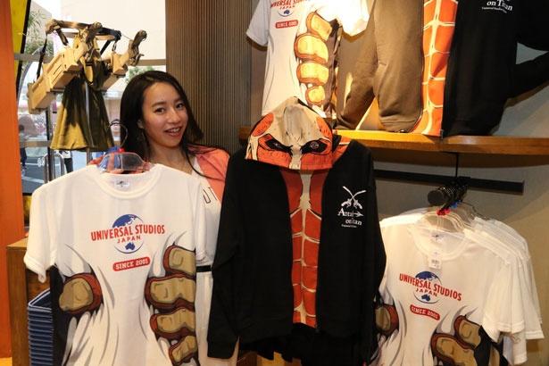 巨人になきれるTシャツ3900円(税込・左)、パーカー6300円(税込・右)