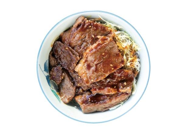 【写真を見る】豊後牛カルビ丼(1100円・税込)。カルビは厚めで、白飯が隠れるほど盛る / 道の駅 童話の里くす