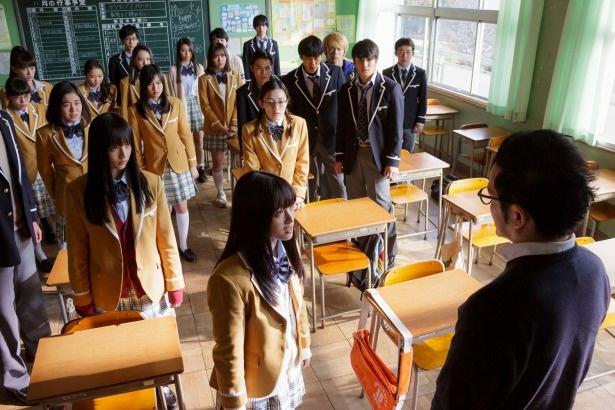 突如、担任教師、下部(中村獅童)によって自殺催眠をかけられた36人の生徒たち