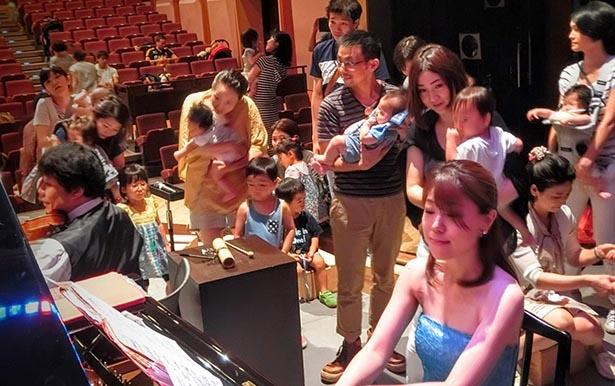 【写真】目の前で披露される演奏に子ども達は目を輝かせる
