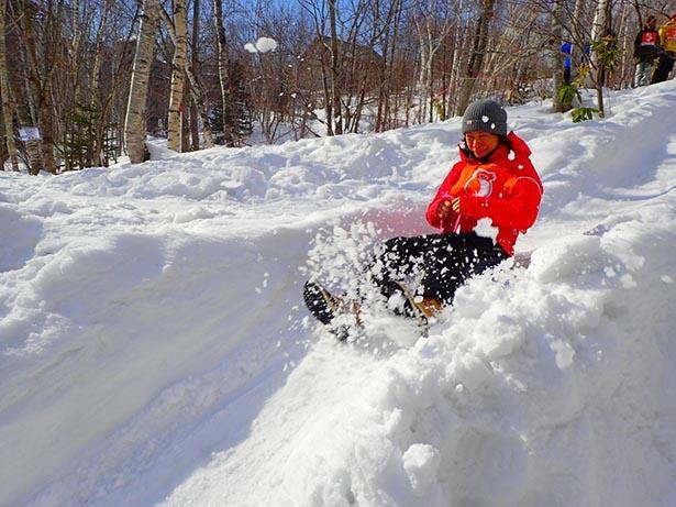 新雪だからこそ盛り上がる「尻すべり選手権」