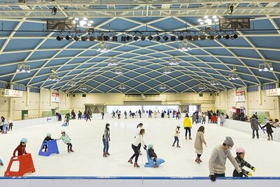 多くの人が楽しむアイススケートリンク