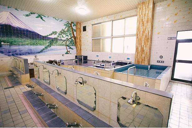 場内は昭和レトロな雰囲気で、屋号になっている富士山のタイル画が印象的。黒湯温泉の浴槽のほか、超音波ジェット、電気風呂、水風呂などもある