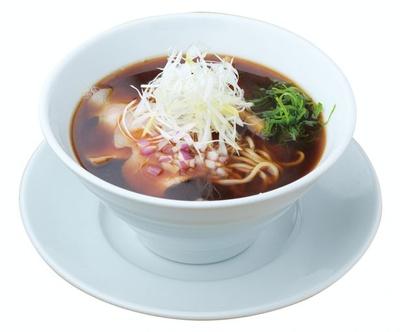 おすすめの「濃厚たまり中華そば」(800円)は、豚清湯スープがたまり醤油の旨味を引き立てる1杯 / らーめん 許々屋