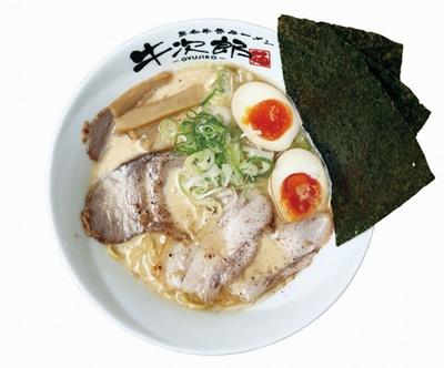 「特製濃厚牛白湯」(1100円)は、牛骨ならではの風味が口いっぱいに広がる、濃厚白湯スープが絶品 / 黒毛牛骨ラーメン 牛次郎 栄店