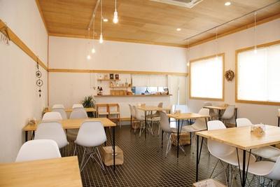 カフェのため、店内はおしゃれで入りやすい雰囲気だ。キッズスペースがあり子供連れにも優しい / minesora