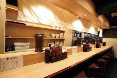 白木のカウンターが明るく、きれいな店内 / 黒毛牛骨ラーメン 牛次郎 栄店