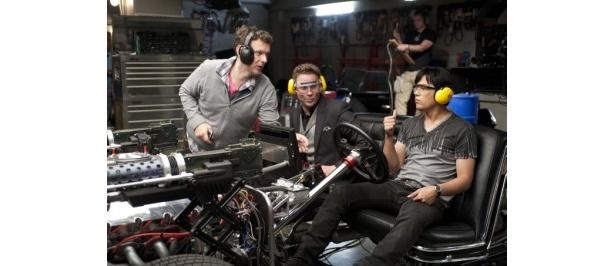 セス・ローゲンとジェイ・チョウにブラックビューティーのシーンで細かい指示を出すミシェル・ゴンドリー監督