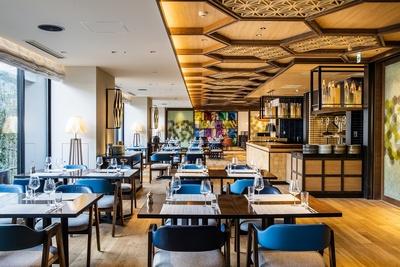 寄木や組子をイメージしたウッディなデザインが特徴的なレストラン