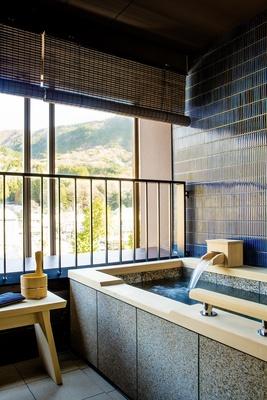 客室に備えられた和式の露天風呂