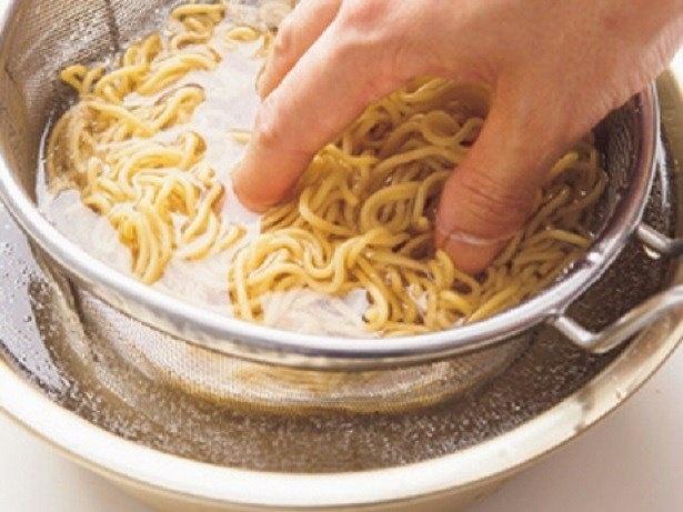 麺は油がついているので、水でさっと洗って臭みを取る