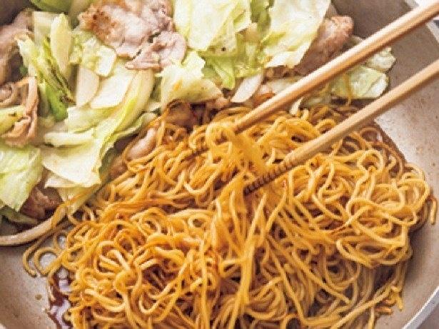 麺にソースを吸わせてから野菜と炒め合わせると、野菜のシャキシャキした食感が残る