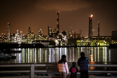 千鳥運河が目の前にあることで遮るものがなく、千鳥町の工場夜景全体が楽しめる観賞ポイント。クルマを停めて見入る