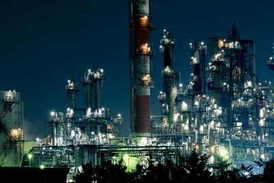 すべてが闇に包まれる夜、わずかな光で浮き上がる工場は、見る者を圧倒するスケール感がある
