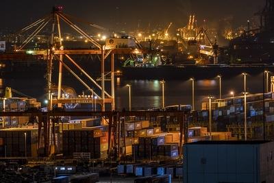 光の色が違う点も、工場夜景のまた楽しいところ。オレンジ、青、緑、それぞれで印象が異なる