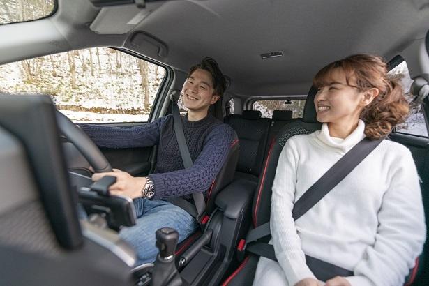 エンジン音が静かな車内、2人の雰囲気は見てのとおり。「RAIZEは走行中のロードノイズも少ないから、前より会話が増えたよね」