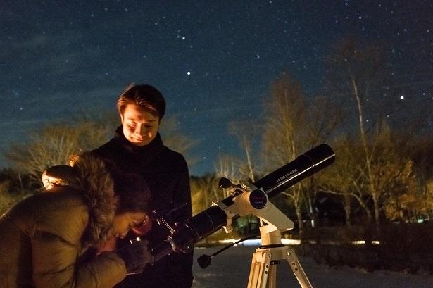 望遠鏡を覗きこむ彼女。「プラネタリウムと同じくらい星が見える!感動!」