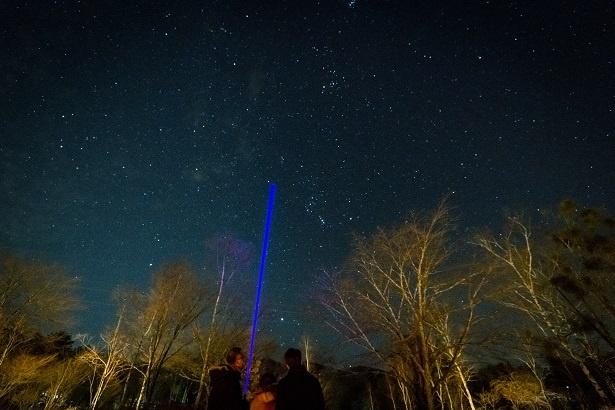 """青いレーザーで星を指しながら解説してくれる。「""""爆笑できる星空解説""""は、日本でココだけですよ(笑)」と星兄"""