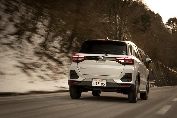 「SUVは車高が高いから横揺れが気になったりするものだけど、RAIZEはすごく安定してる」と満足そうな彼