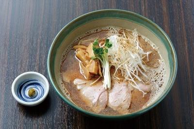 鮮烈な魚介の風味とクリーミーな豚骨の甘味がダブルで楽しめる「魚豚骨ラーメン」