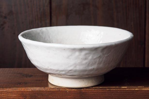 「白スープ」 用の丼は、凹凸がランダムに配されたデザイン