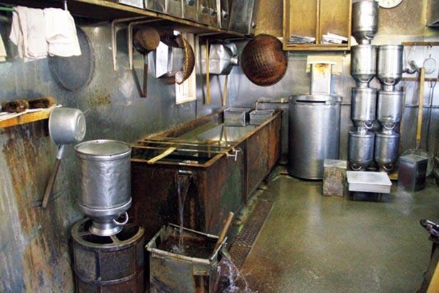 厨房にある、地下水を流しっ放しにしているプール