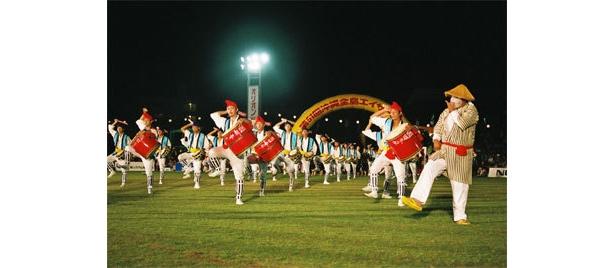 「沖縄全島エイサーまつり」に出場している「沖縄市園田青年会」、その他のチームが演舞する「エイサー」