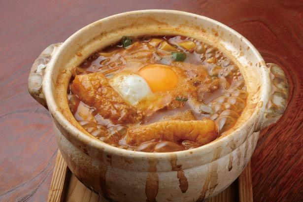 名物&オリジナルメニューで味噌煮込みうどんの中にご飯が入る「うんとん炊」(1100円) / 和かふぇ おきな