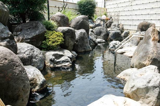 庭園風呂や露天風呂は岩でしつらえてあり風情がある /  尾張温泉東海センター