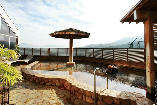 【写真を見る】筑紫野 天拝の郷 / 開放感ある露天風呂でのんびりしよう!