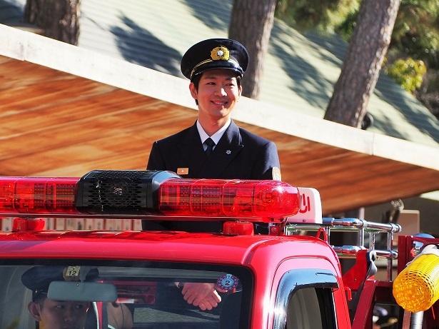 【画像を見る】ミニ消防車に乗って笑顔で登場する松下洸平