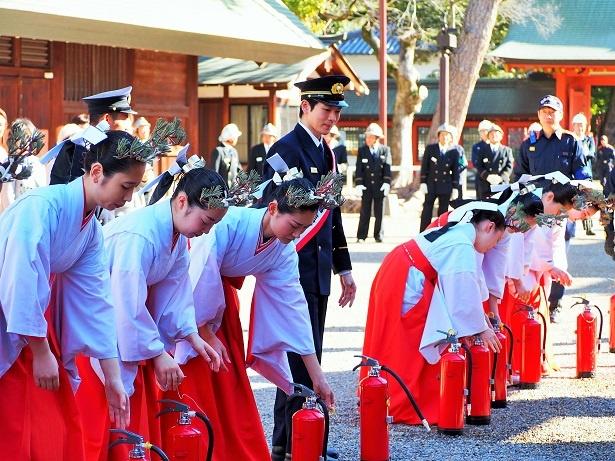 住吉大社の神楽女たちとも一緒に消火訓練を行った