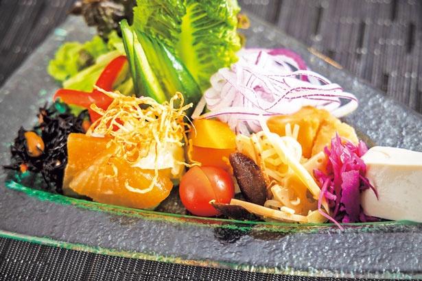 生野菜と和総菜が楽しめるサラダの盛合せ(1250円)は日替り/ザ・洋食屋キチキチ